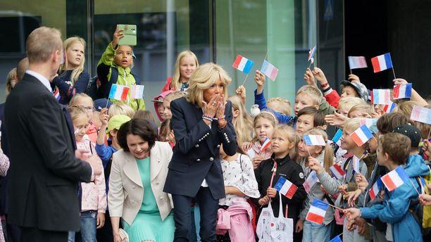 Brigitte lähetti lapsille lentosuukkoja.