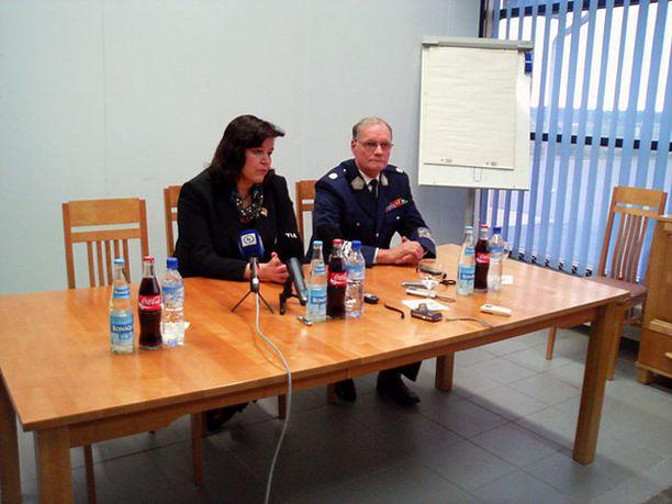 TARKKAILUA Ministeri Anne Holmlund haluaa poliisin seulovan netissä olevat uhkailut.