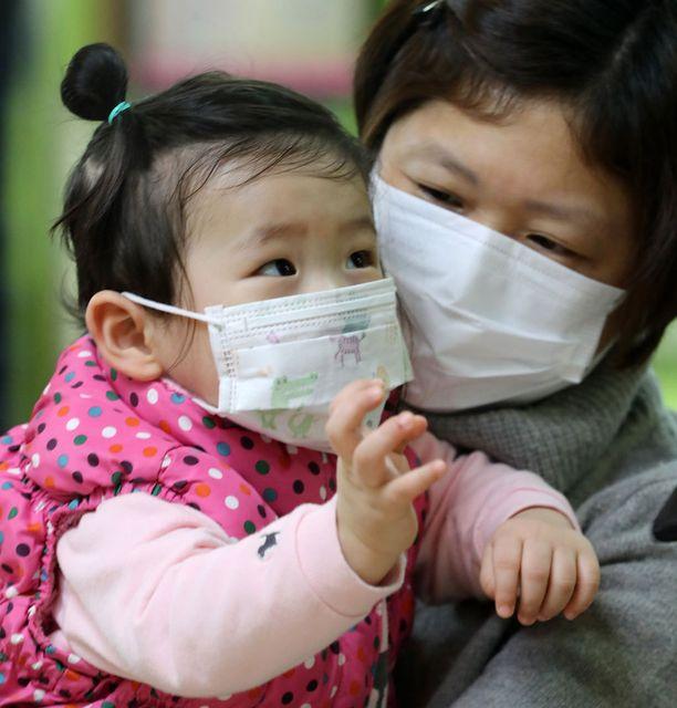 Influenssa riehuu myös Soulissa (kuva). Hongkongissa suljetaan nyt tarhat ja peruskoulut epidemian suitsemiseksi.