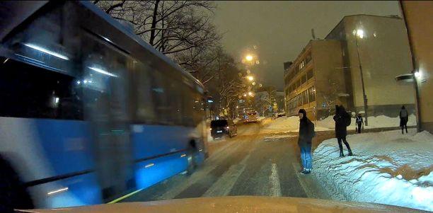 Videolta näkee, miten bussi ei lainkaan hidastanut suojatien kohdalla, vaikka ensimmäinen jalankulkija seisoi jo suojatiellä.