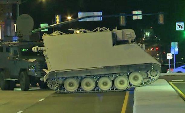 Takaa-ajo päättyi, kun panssaroitu miehistönkuljetusauto pysähtyi kadun keskikorokkeelle.