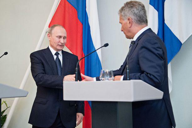 Presidentti Sauli Niinistö ja Venäjän presidentti Vladimir Putin tiedotustilaisuudessa Punkaharjulla 27.7.2017