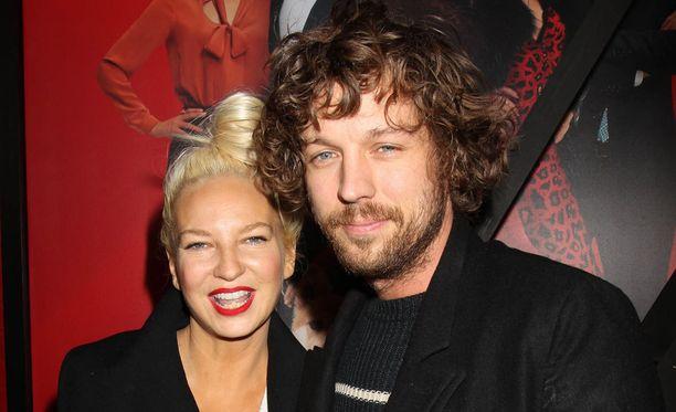 Suosittu laulaja Sia miehensä Erik Anders Langin kanssa.