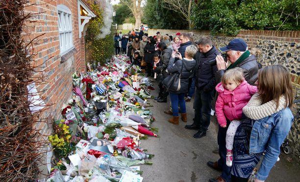 George Michaelin kodin eteen kerääntyi joulun jälkeen sankka joukko faneja.