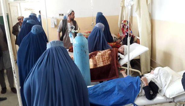 Loukkaantuneita tyttöjä hoidettiin sairaalassa Taluqanin kaupungissa.