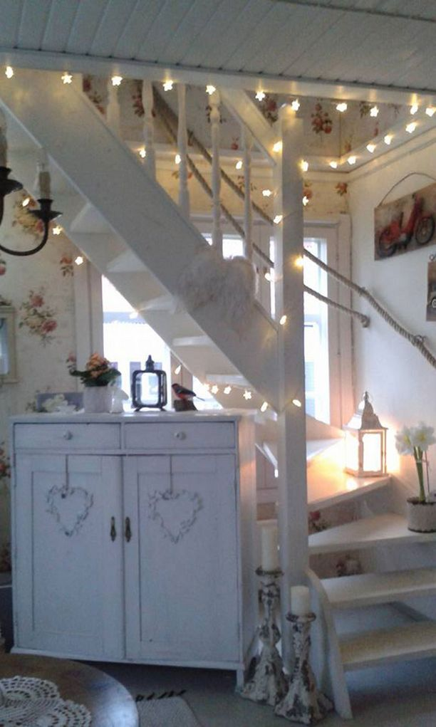 Jouluvalot syttyivät myös kodin portaikkoon.