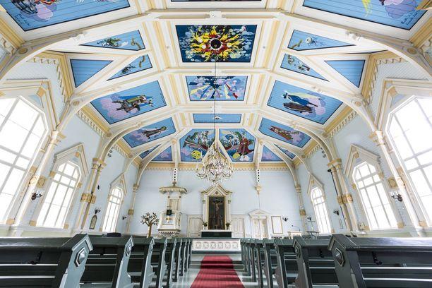 Kirkon katto oli tummasävyinen, ennen kuin se sai nämä maalaukset.