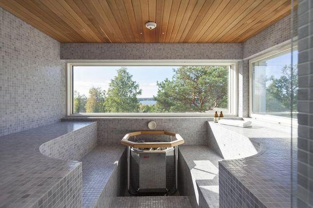Mosaiikkilaattaiset lauteet tekevät tästä saunasta kuin pienen kylpylän. Komea maisema vaan tehostaa fiilistä.