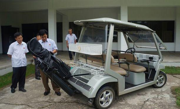 Pelaajien käytössä on myös golf-kärryjä.