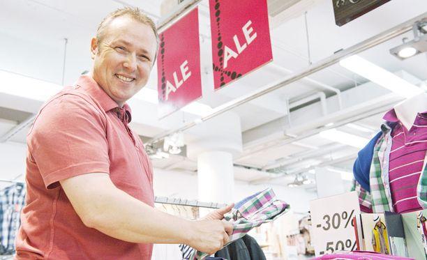 Työmatkalla Suomessa ollut walesilainen Paul Chesworth etsi alennusmyynneistä vaatteita ennen lentoa takaisin Englantiin.
