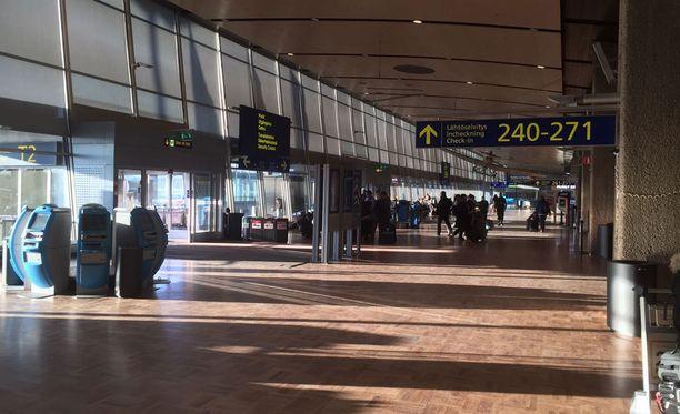 Helsinki-Vantaan lentoasemalla oli maanantaiaamuna rauhallista, paikoin jopa autiota.