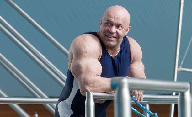 """Kuntosaliyrittäjä ja kehonrakentaja Tapani """"Tape"""" Valkonen sanoo, ettei alaikäisten liikunta saa olla liian rasittavaa ja kuormittavaa."""