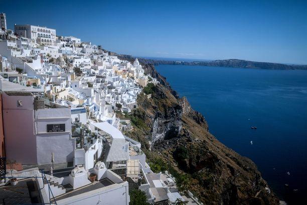 Santorini valmistautuu ottamaan vastaan sekä uuden aallon koronavirusta että ulkomaalaiset matkustajat.