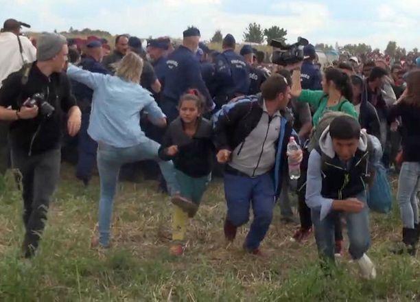Petra Laszlo kampitti rajan yli pyrkiviä pakolaisia.