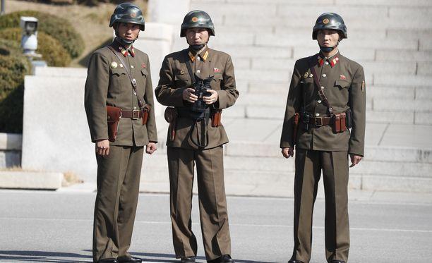 Pohjois-Korean rajavartijoita kuvattuna etelän puolelta alkuviikosta.