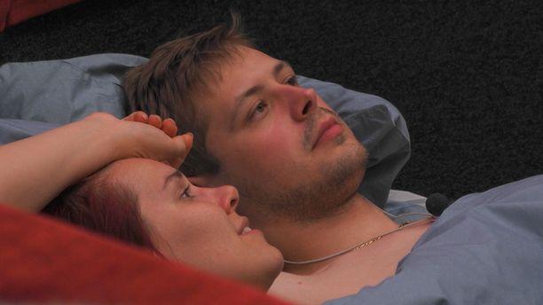 Jukka ja Eevis olisivat halunneet pussailla yöllä. Isoveli patisti heitä nukkumaan.