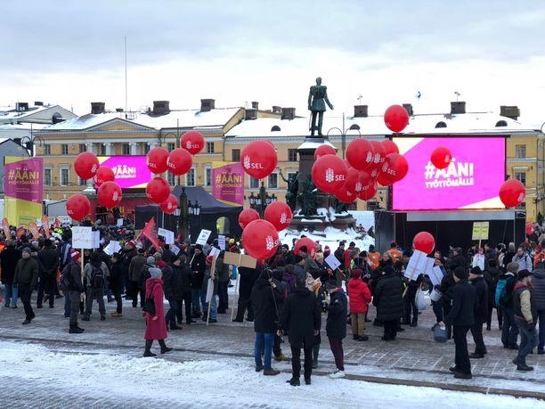 SAK:n järjestämä Ääni työttömälle -mielenosoitus Helsingin Senaatintorilla vuoden 2018 helmikuussa.
