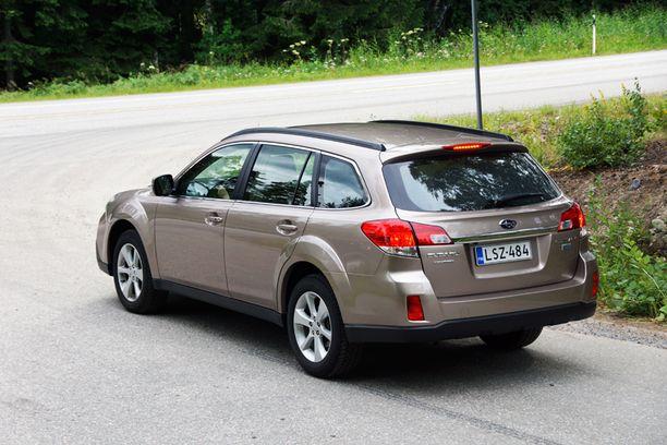 Subaru Outback on iso auto mutta silti vielä järkevän kokoinen. Neliveto ja 20-sentin maavara lupaavat hyvää Suomen talvikelejä ajatellen.