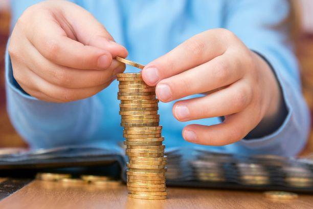 Suomalaisvanhemmat maksavat lapsille viikkorahat yleensä käteisenä ja painottavat työnteon tärkeyttä.