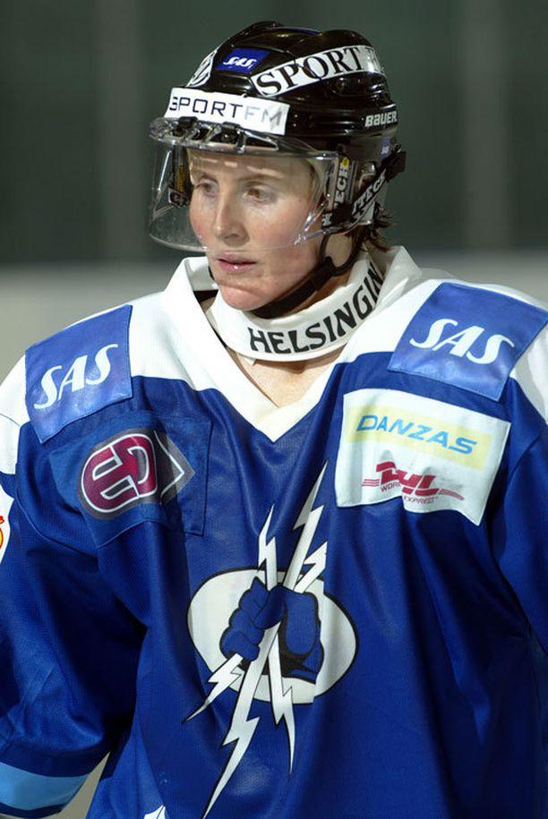 Hayley Wickenheiser teki historiaa Kirkkonummen Salamoissa vuonna 2003.