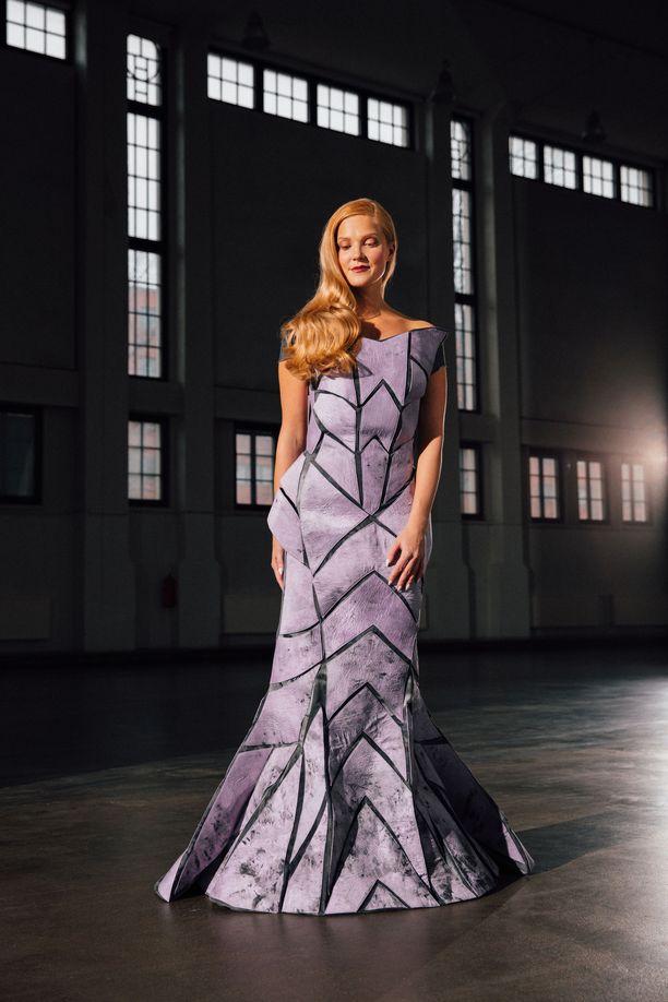 Linnan juhlissa pukua kantaa Satokausikalenterin perustajan  puoliso . Näissä kuvissa pukua esittelee Love Island Suomi -ohjelman Anku.