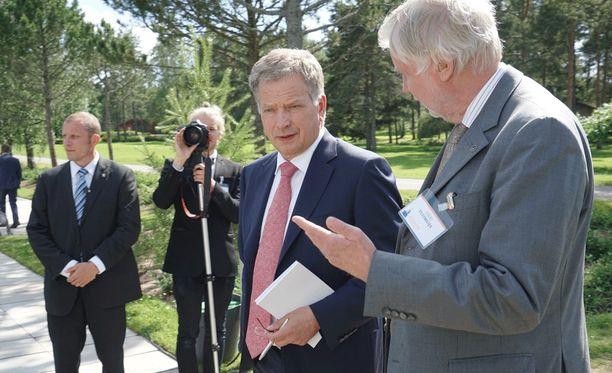 Erkki Tuomioja tuki vuoden 2012 presidentinvaalien toisella kierroksella vihreiden ehdokasta Pekka Haavistoa. Nyt Tuomioja perustelee tukeaan Niinistöä sillä, että hänen ja Niinistön yhteistyö ulko- ja turvallisuuspolitiikassa on toiminut hyvin alusta alkaen. Tuomioja huomauttaa, että Niinistö ei ole lähdössä presidenttiehdokkaaksi kokoomuksen riveistä, vaan valitsijayhdistyksen kautta.