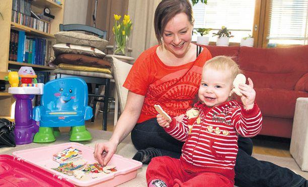 MAINETTAAN PAREMPI Marja Riikonen ja puolitoistavuotias Anni viihtyvät hyvin Hervannassa.