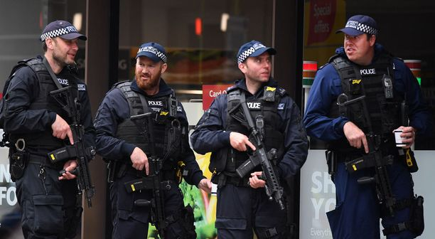 Poliisit valvoivat Borough Marketia.