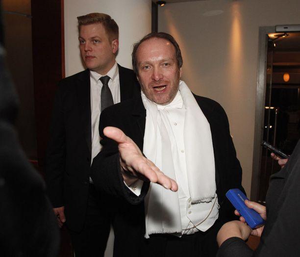 Teuvo Hakkarainen on juhlatuulella saavuttuaan Ravintola Teatteriin Linnan juhlien jatkoille.