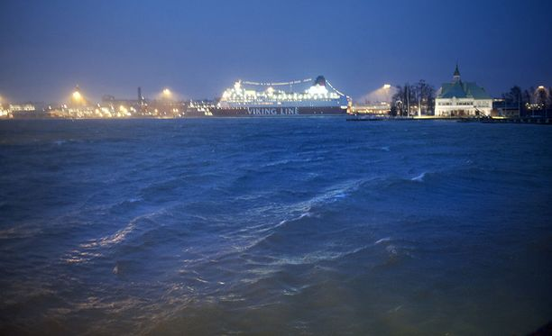 Matkustajalautat tarpovat kovassa merenkäynnissä. Arkistokuva.