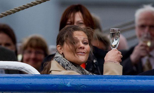 Skål! Prinsessa Victoria skoolasi vesilasillisella samppanjan sijaan.