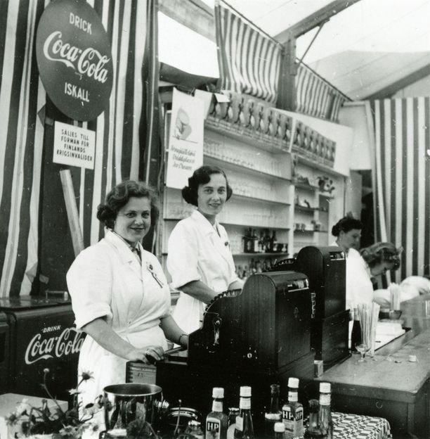 Olympiakesänä Vaakunan baarissa sai maistella juuri Suomeen saapunutta uutuutta, Coca-Colaa.