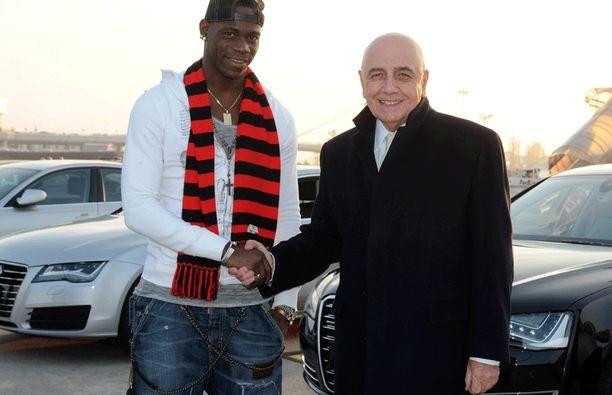 Mario Balotelli kätteli Milanin seurapomo Adriano Galliania, joka kertoi haaveilleensa sopimuksesta hyökkääjän kanssa.