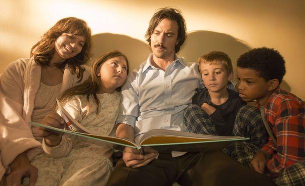 This Is Us -sarjassa seurataan Pearsonin perheen kolmosten Katen, Kevinin ja Randallin kasvua aikuisiksi.
