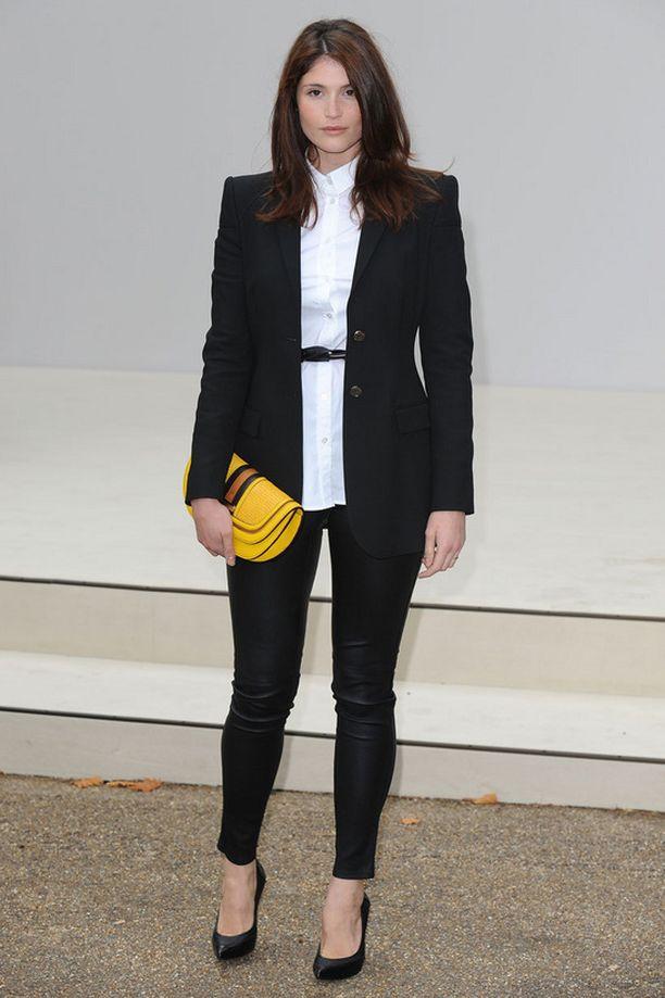 Jakkupuku kauluspaitoineen näyttää upealta kun kapeiden housujen lahkeet ovat vähän vajaat, vyötäröllä on kapea vyö ja kädessä värikäs laukku.