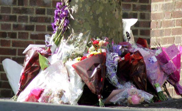 Sally Ann Bowmanin murhapaikalle Lontooseen tuotiin aikoinaan kukkia.