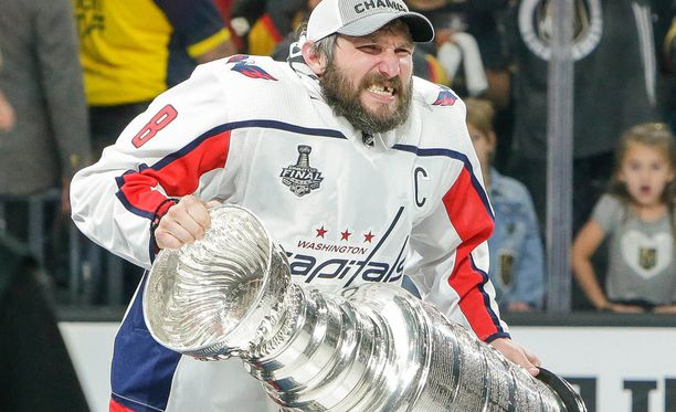 Alex Ovetshkinin suuri unelma toteutui. Parjattu hyökkääjä nosti Stanley Cup -kannun historian ensimmäisenä venäläiskapteenina.