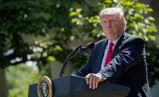 Trump kertoi päätöksestään torstaina Valkoisen talon puutarhassa.