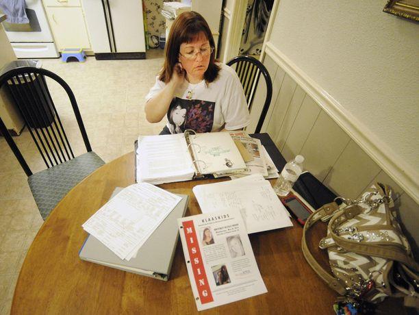 Brittney Woodin äitipuoli tutkii katoamiseen liittyvää materiaalia. Tyttö katosi toukokuussa vuonna 2012.