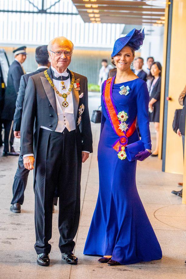 Japanin keisari Naruhiton kruunajaisissa Victoria pukeutui Escada-merkin siniseen täyspitkään iltapukuun, jonka viimeisteli hauska hattu. Mekko ei ole uusi, vaan se on nähty Victorian päällä ensi kerran jo pari vuotta aikaisemmin.