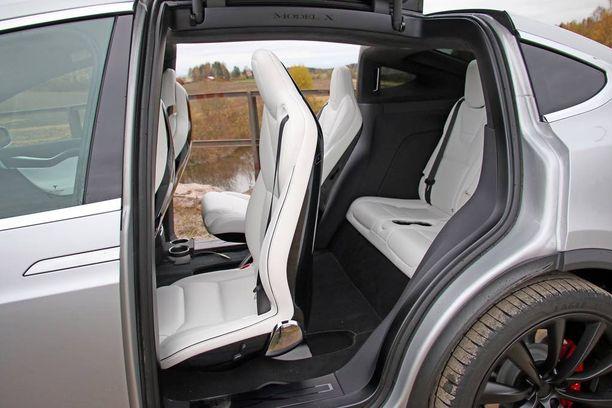 Takamatkustamoon saa myös kolmannen istuinrivin. Kiinteällä selkänojalla varustettu keski-istuin siirtyy eteenpäin, mutta ei taitu.