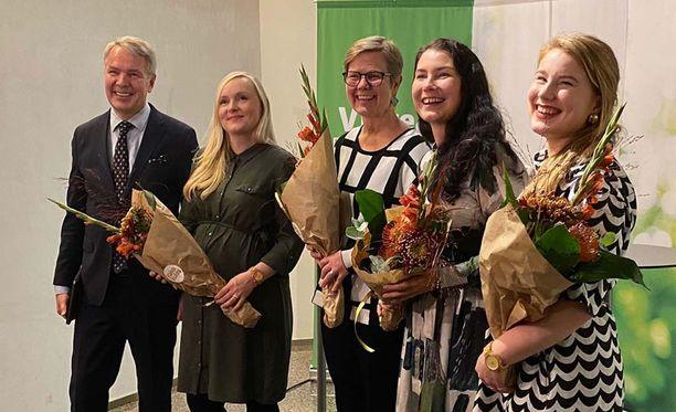 Pekka Haavistolla, Maria Ohisalolla, Krista Mikkosella, Emma Karilla ja Iiris Suomelalla oli maanantai-iltana hymy herkässä.