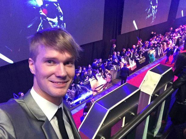 Joonas Suotamo otti selfien Tähtien sodan ensi-illassa Lontoossa viime keskiviikkona.