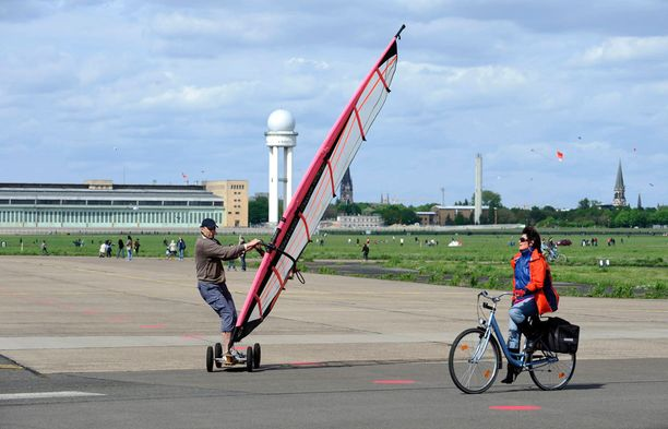 Tempelhofin entinen lentokenttä on muutettu puistoksissa, jossa voi harrastaa monenlaisia aktiviteetteja.