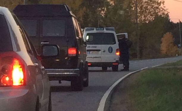 Silminnäkijä otti kuvan puoli seitsemän jälkeen Loukinaistentiellä, jossa poliisi ohjasi liikennettä kääntymään takaisin ohikulkutielle päin.
