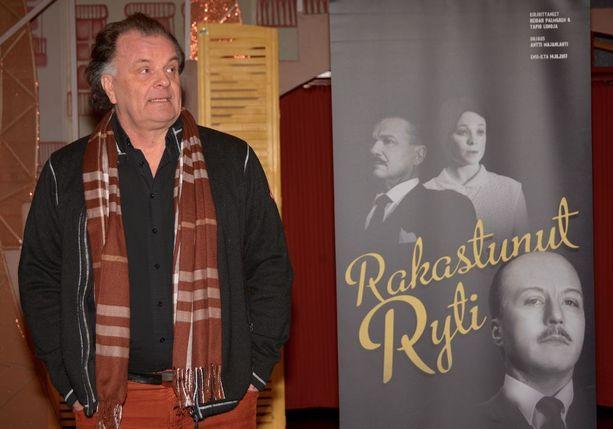 Näyttelijä-muusikko Tapio Liinoja kokeilee siipiensä kantavuutta näytelmän käsikirjoittajana Raumalla ensi-iltansa saavassa kotimaisessa kantaesityksessä Rakastunut Ryti.