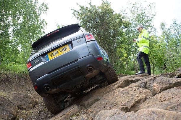 Kuski näkee maastoajossa auton ulkopuolelta vaaranpaikat paremmin kuin ratin takaa.
