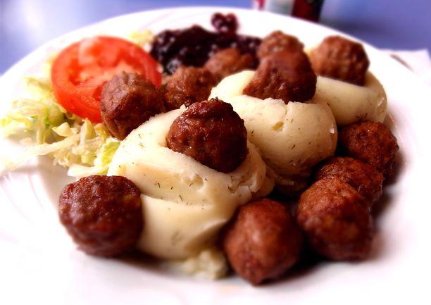 Lihapullat, perunamuusi, ruskea kastike, salaatti: 1134,7 kcal