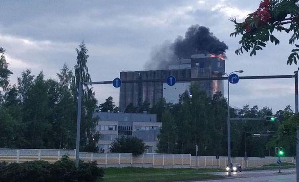 Tulipalo näkyi laajalle alueelle, sillä paloalue oli suurikokoisen myllyn katolla.
