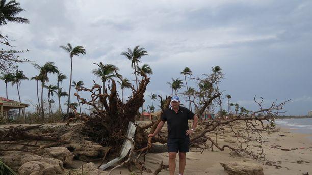 Karl-Johan Nixholm lähirannallaan Puerto Ricossa. Myrsky muutti rannan muodon ja entinen rantaviiva on nyt kauempana sisämaan puolella.